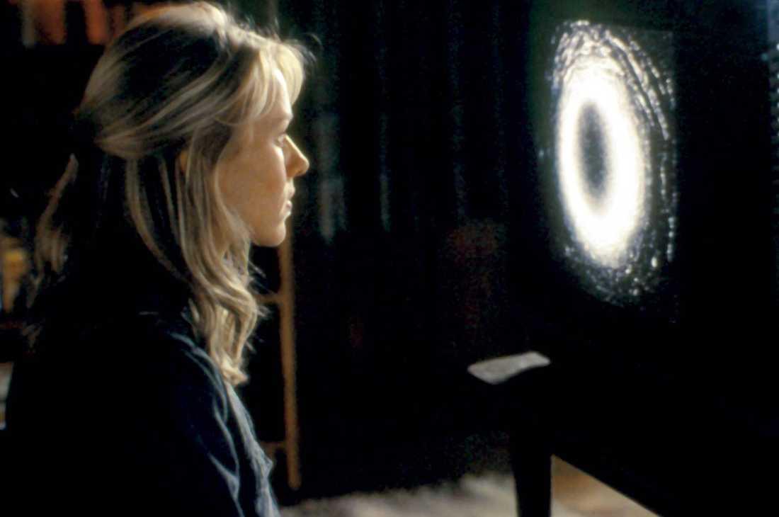 8 The ring (remake) Inspelningsår: 2002 Skådespelare: Naomi Watts, Martin Henderson, Brian Cox Handlingen i korthet: Journalist undersöker sanningen bakom ett mystiskt och indirekt dödligt videoband. Klassisk scen: Äckligt, hårigt barn kommer upp ur en brunn.