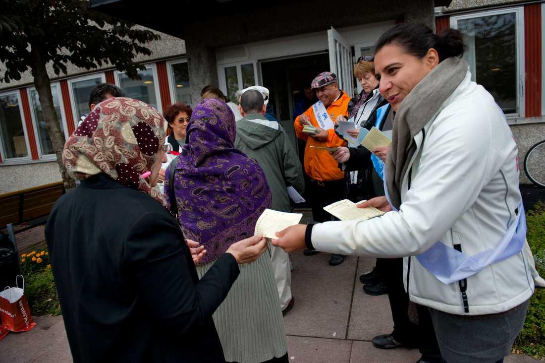 Abir Al-Sahlani delar ut centerpartiets valsedlar vid valet 2010.
