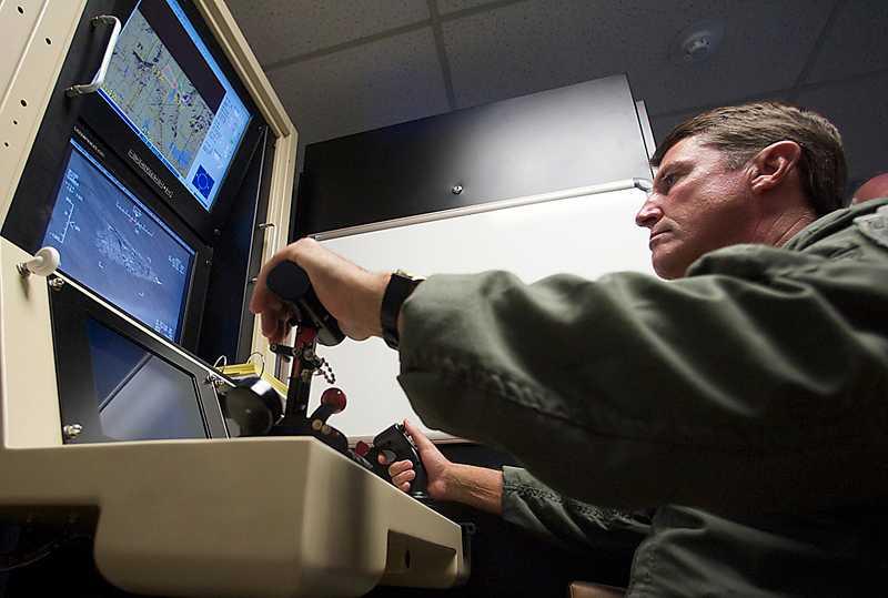 piloten  De obemannade bombplanen navigeras med joystick från marken. Foto: AP