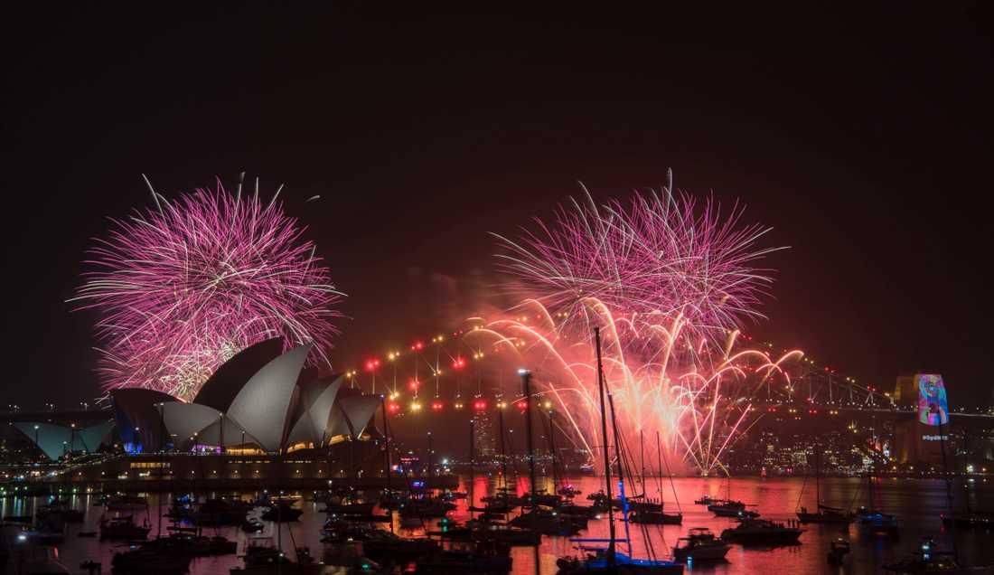 Även hamnen i Sydney i Australien lystes upp av ett färgsprakande fyrverkerihav.
