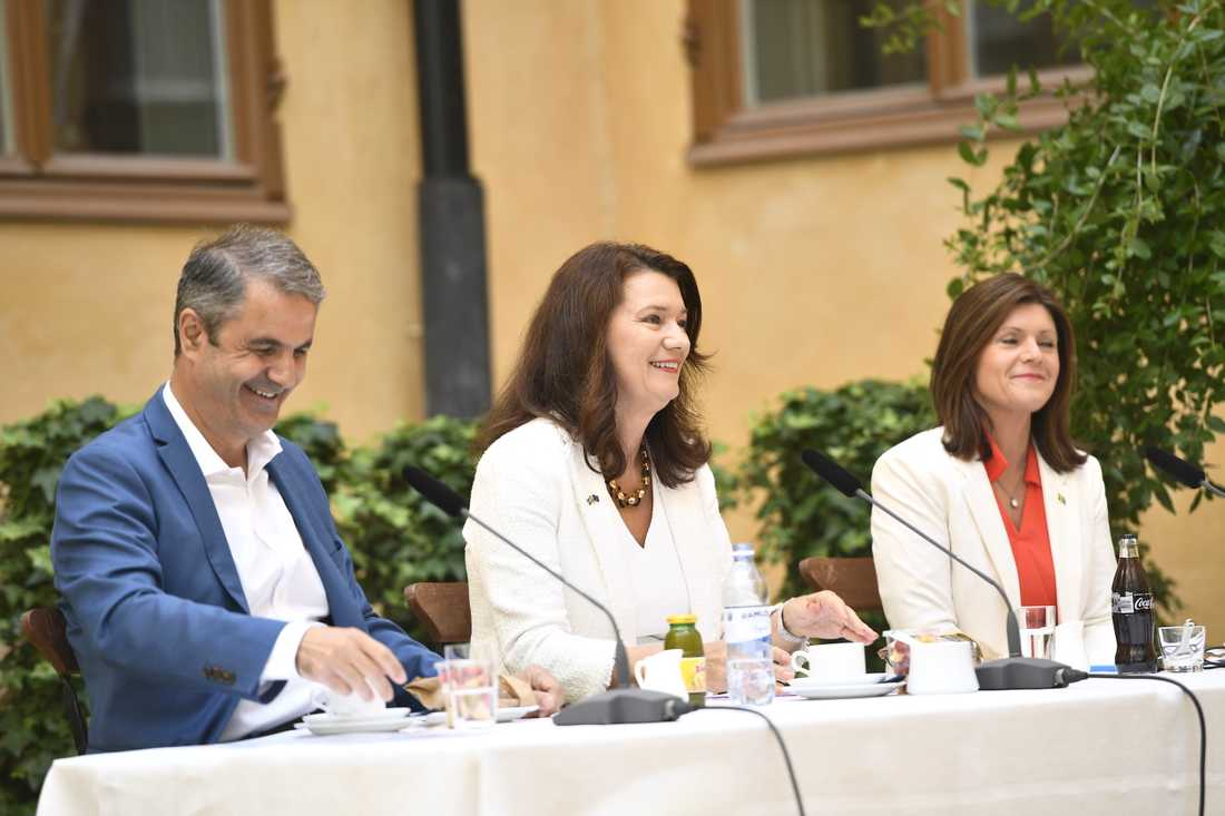 Ibrahim Baylan (S), näringsminister, Ann Linde (S) utrikesminister, och Eva Nordmark (S), arbetsmarknadsminister vid regeringens sommarfika.