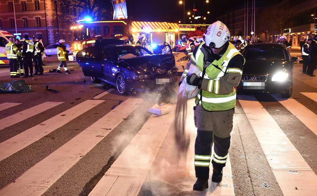 Flera personer fick föras till sjukhus efter att en taxi och en personbil kolliderade.