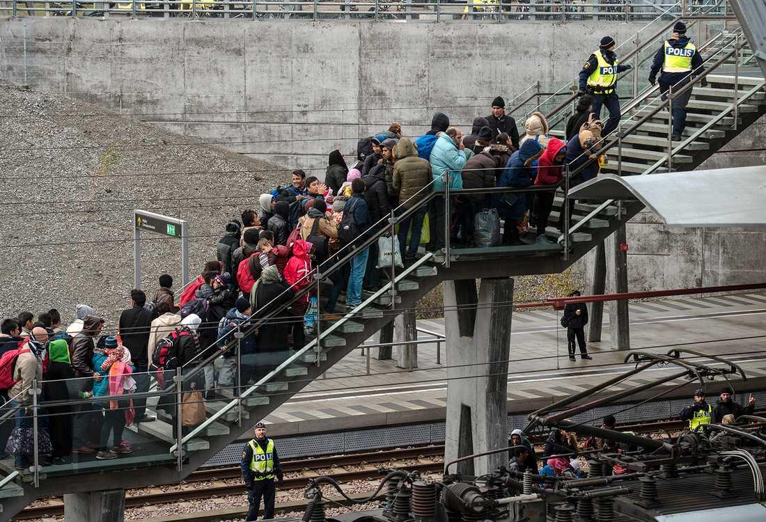 Flyktingar anländer till Malmö 2015.
