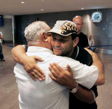Efterlängtad Abed Mourad kramar om vännen Hassan Sarriz som kommer hem till Arlanda efter flera dagars ovisshet.