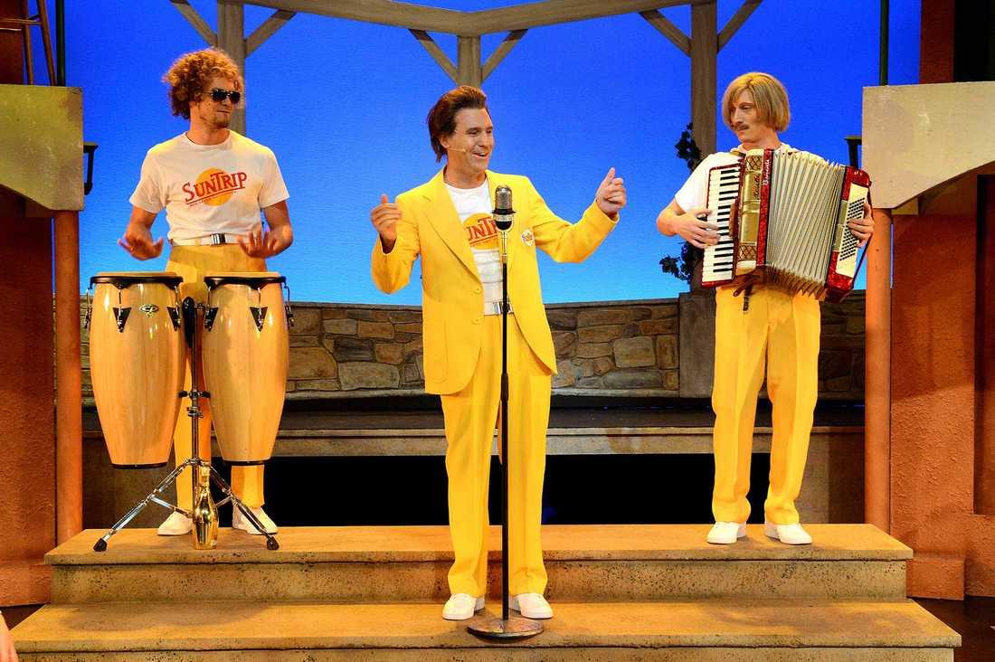 """Ur musikalen """"Sällskapsresan"""". Sun trips reseledare på välkomsmötet."""
