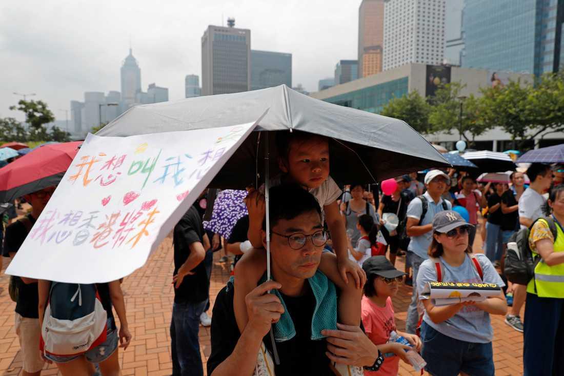 Föräldrar och barn deltar i en av flera demonstrationer i Hongkong under lördagen.