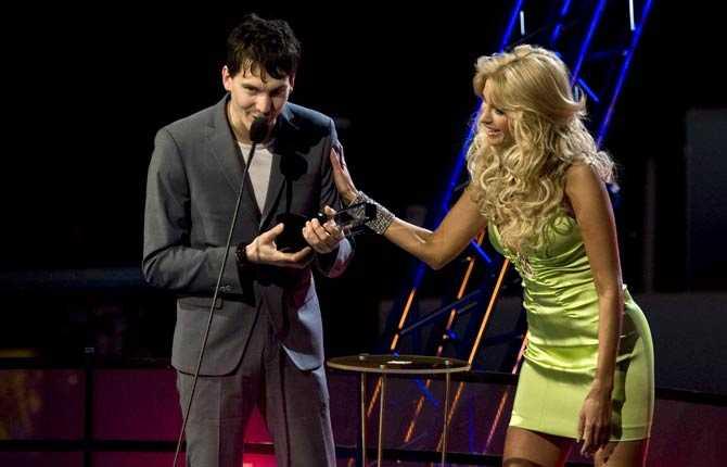 Håkan Hellström fick pris som Årets manliga artist av Carolina Gynning.