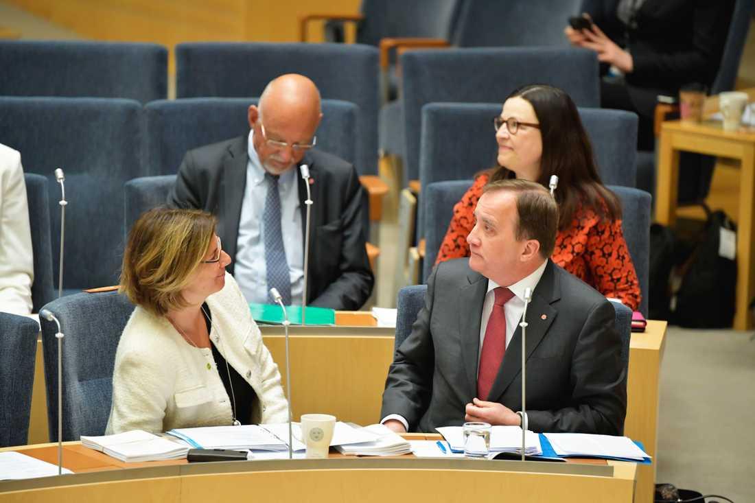 Miljö- och klimatminister Isabella Lövin (MP och statsminister Stefan Löfven (S) har olika syn på migrationspolitiken. Arkivbild.