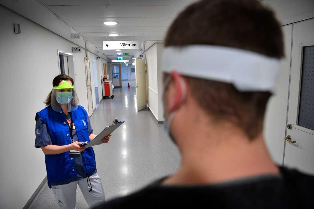 På Karolinska universitetssjukhuset i Solna finns en av få mottagningar i landet som tar emot långtidssjuka i covid-19.