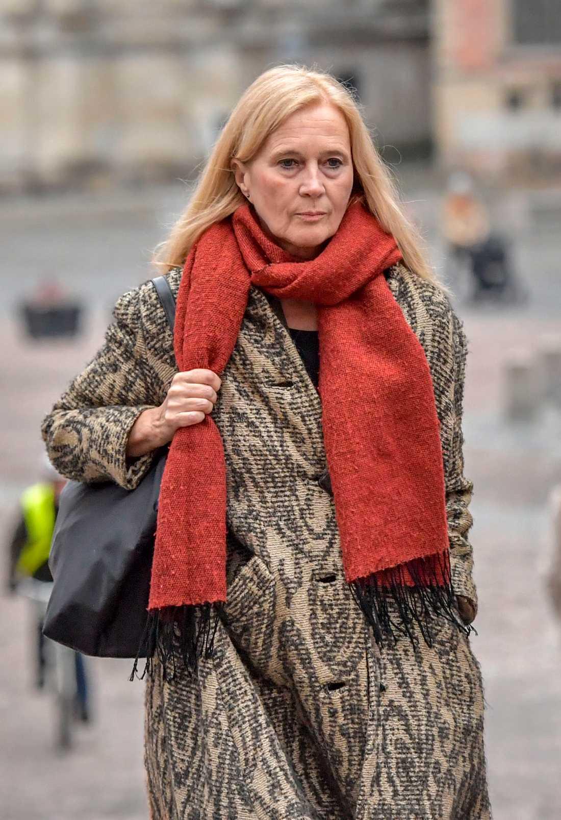 Katarina Frostenson på väg till Svea Hovrätt när hon skulle vittna mot sin man Jean-Claude Arnault i november 2018.