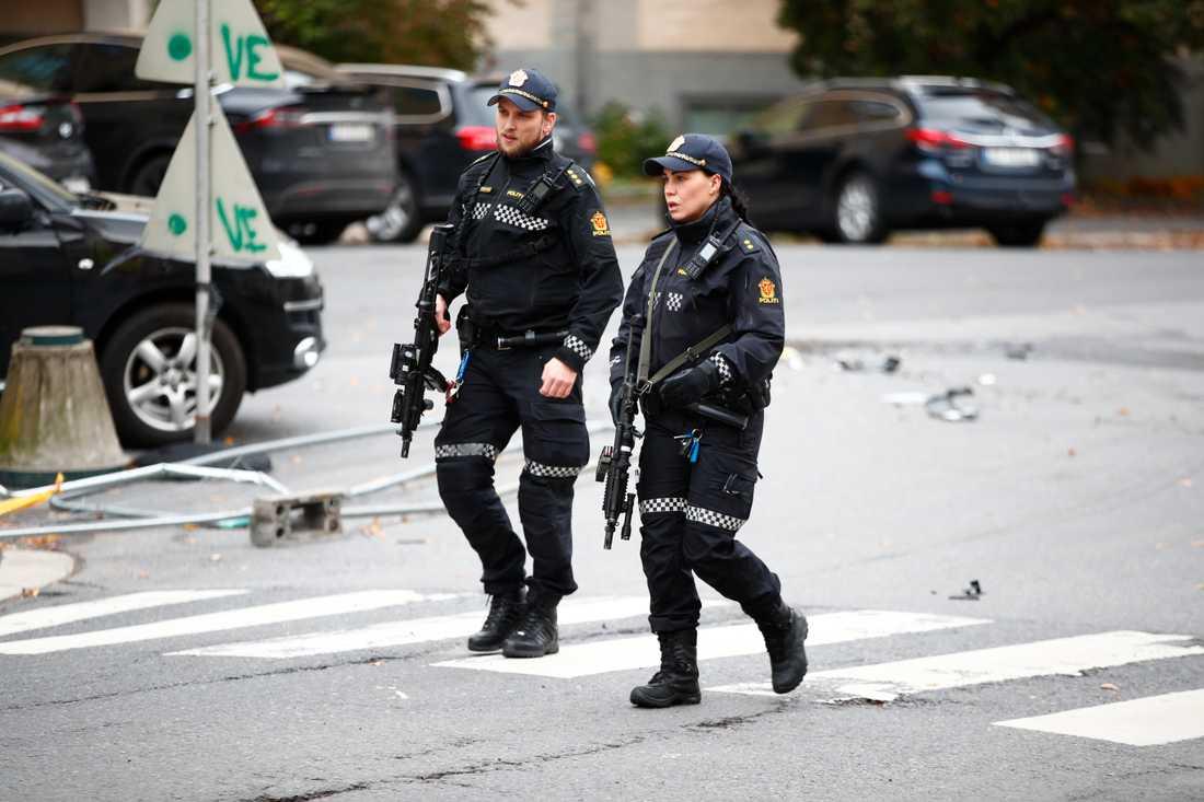 En beväpnad man har stulit en ambulans i Oslo, skriver norska polisen på Twitter.