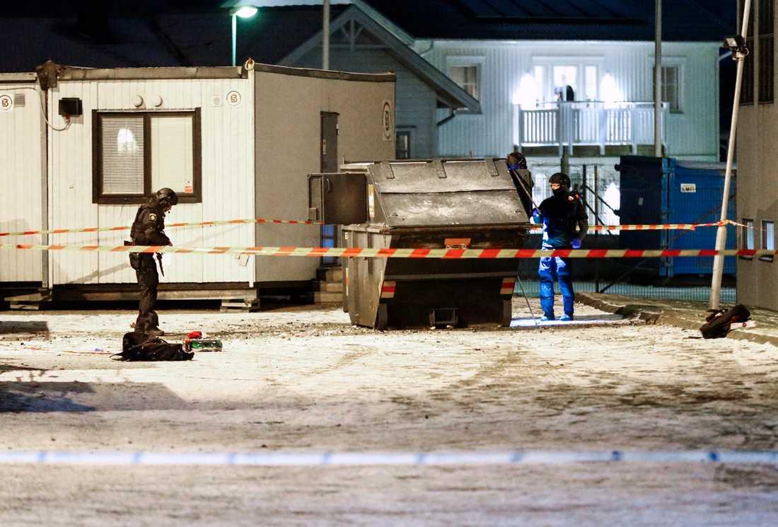 Polsens bombtekniker undersöker platsen för explosionen. En person har skadats allvarligt i samband med en explosion i Västra Frölunda i Göteborg.