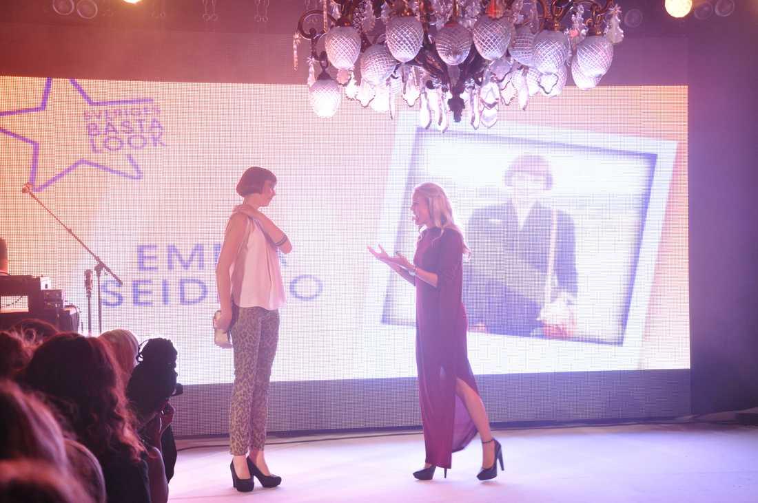 ... och Sofi tar emot segraren på scen. Grattis Emma Seidemo! Vinsten är 5000 kronor att shoppa för på JC med Sofis modes chefsstylist Pamela Bellafesta som personal shopper, en kamera från Sony, produkter från Sunsilk och Lumene och mycket mer.