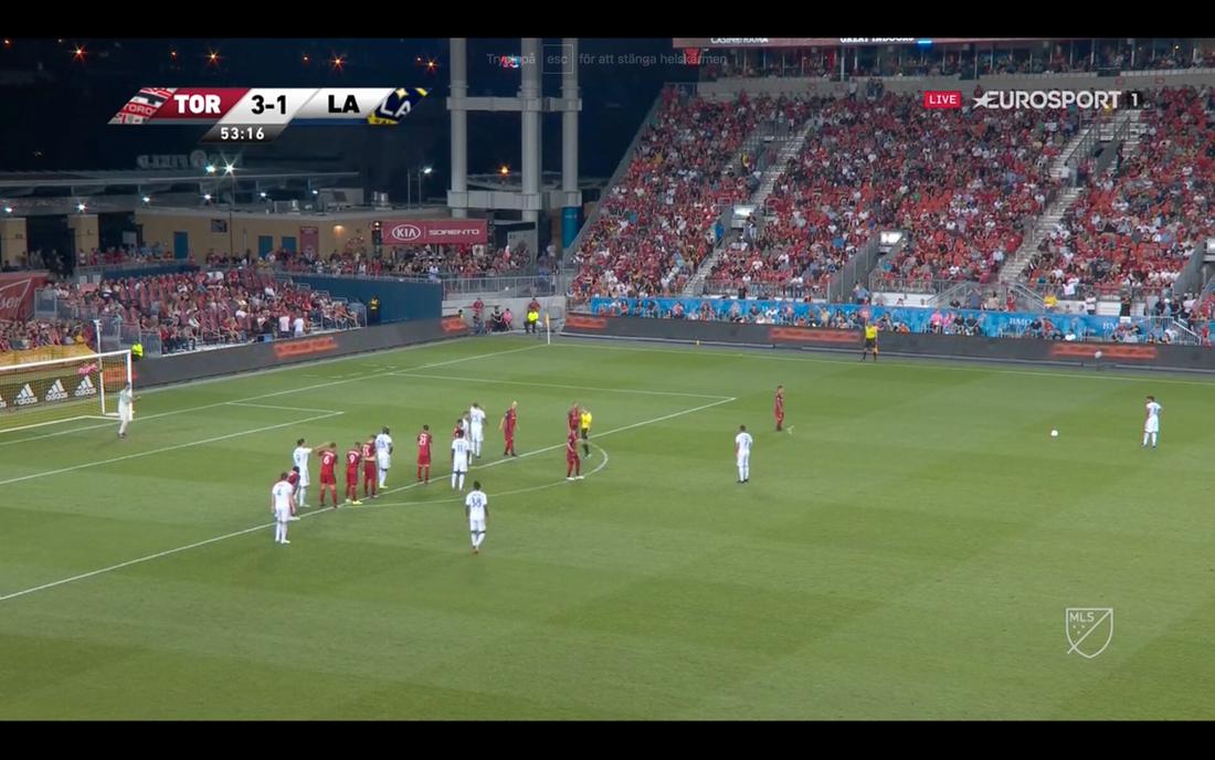 Zlatan trycker upp handen i ansiktet på motståndaren.