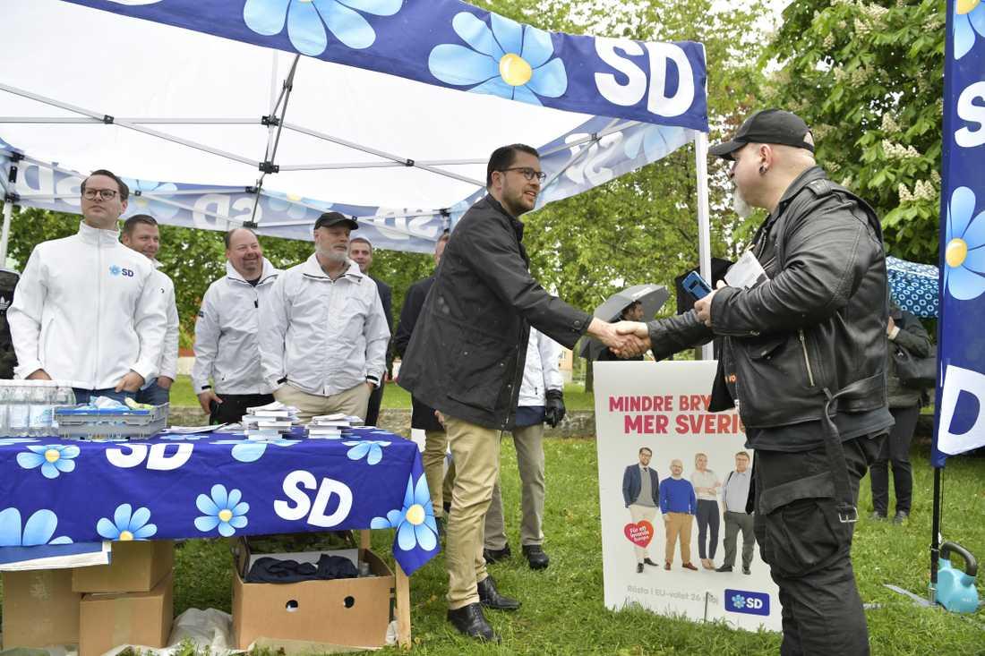 Sverigedemokraternas Jimmie Åkesson valspurtar i Botkyrka.