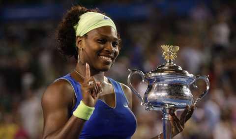 Serena Williams med Australian Open-bucklan. Amerikanskan har nu vunnit fyra singeltitlar i Melbourne.