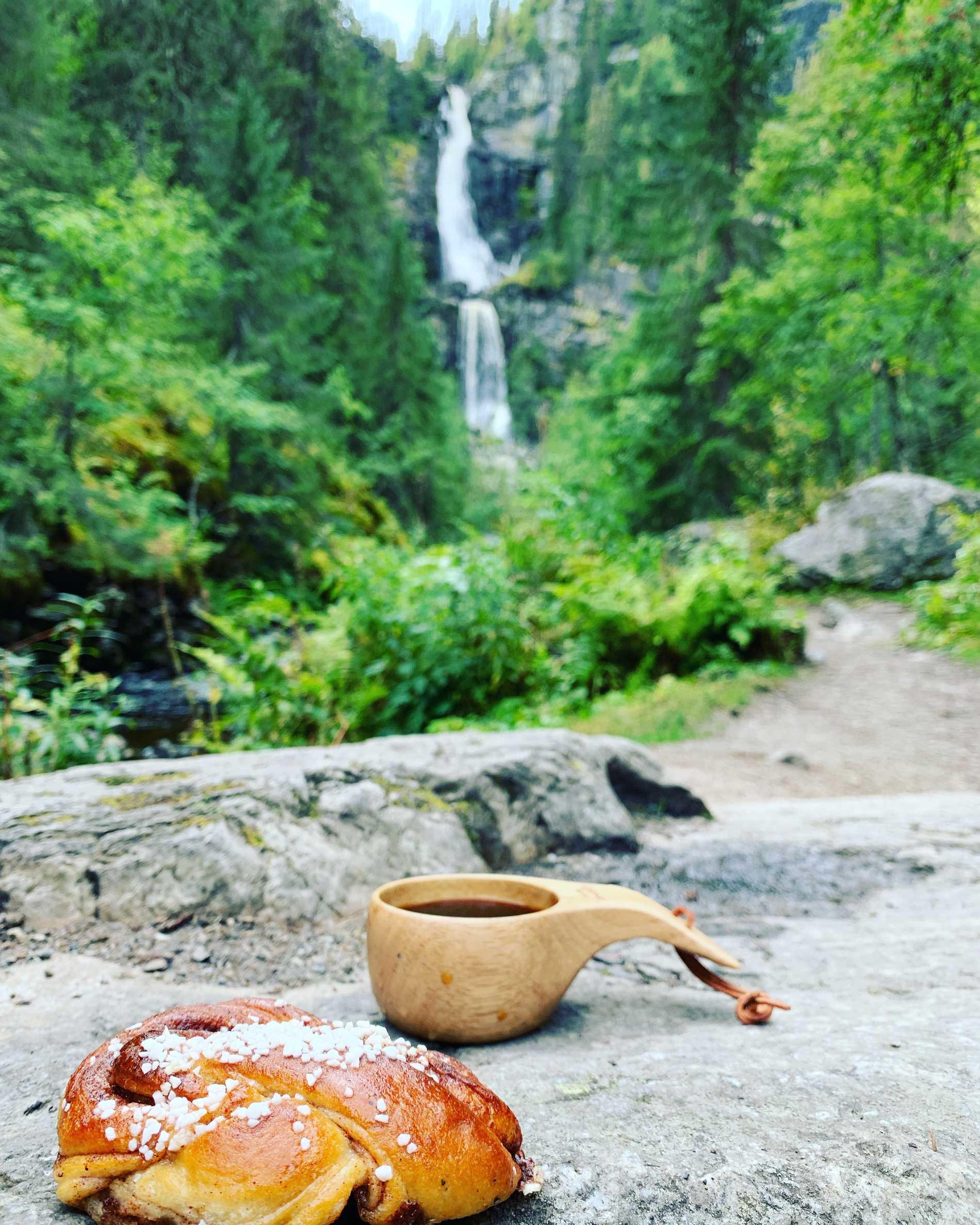 """""""Se till att ha med go'fika på vandringen"""", säger Marcus Ståhl. I bakgrunden ser ni Fettjeåfallet i Jämtland."""