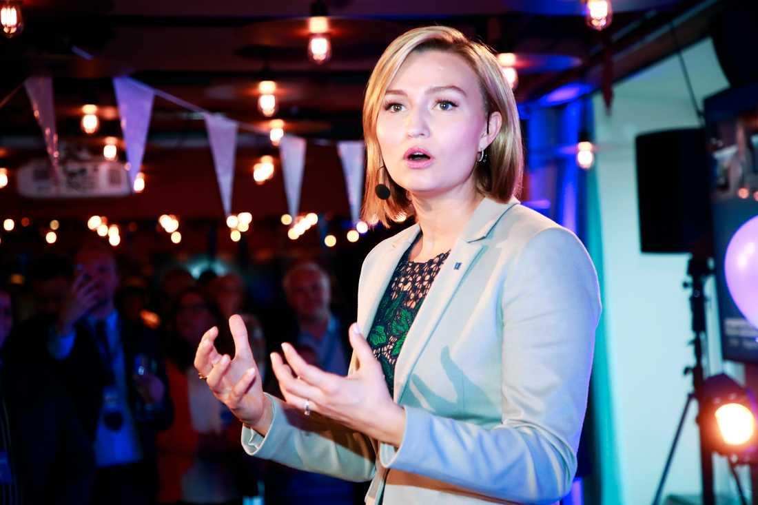 KD:s partiledare Ebba Busch Thor talar till partikamraterna.