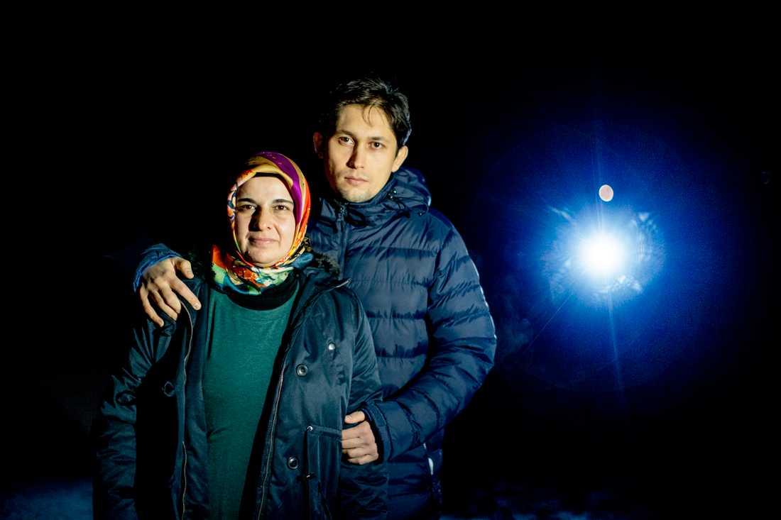 Hatice Ozcelik saknar sin man och Suheyl Ozcelik sin far Ismet Özcelik (som stavar med Ö). Fadern deporterades från Malaysia i fjol och riskerar ett långt fängelsestraff i Turkiet.