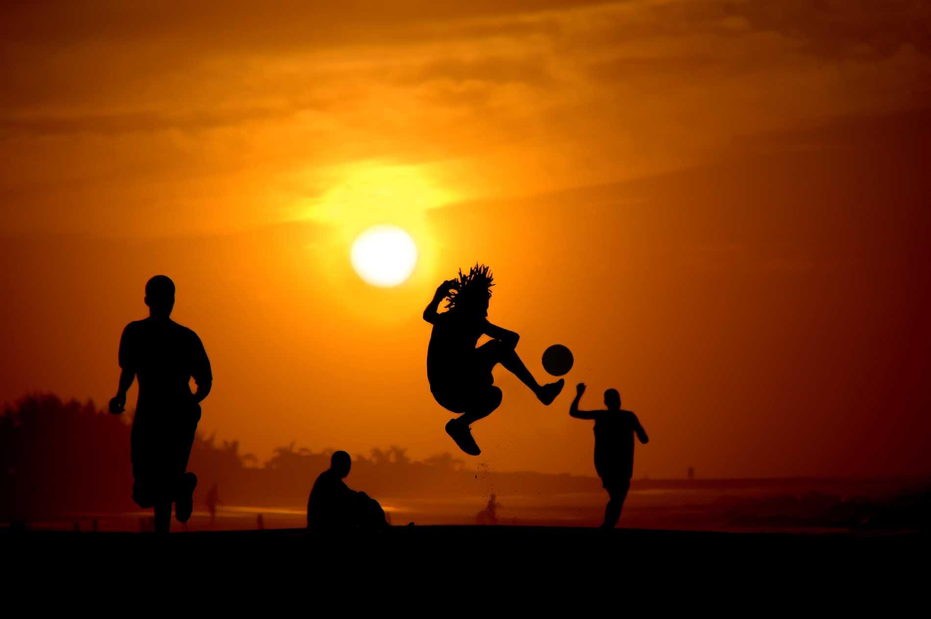 Gambianerna hänger mycket på stranden för att spela fotboll eller prata med turister.