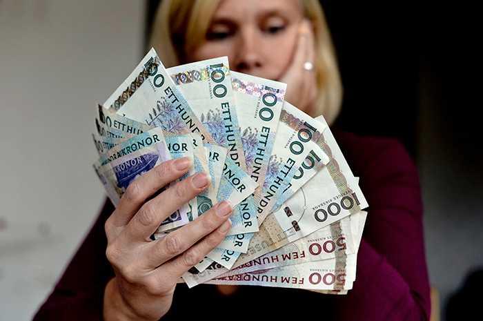 RISKERAR BRINNA INNE Nästan fyra miljarder kronor i gamla sedlar har fortfarande inte lämnats in till Riksbanken.