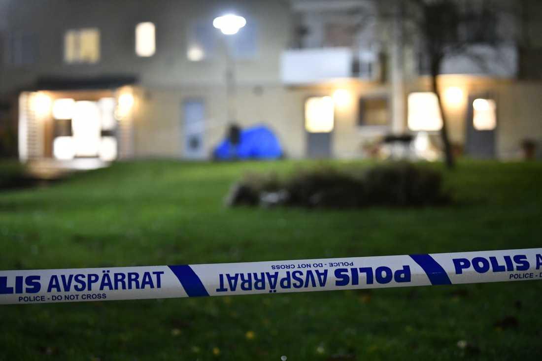 Polisens avspärrning vid platsen där en 24-årig man sköts av misstag i Biskopsgården i november förra året.