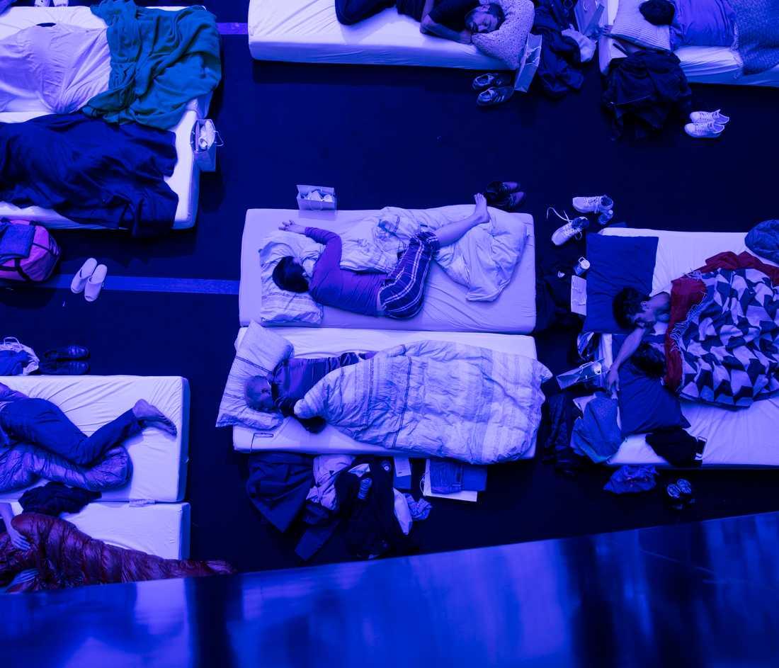 Porträttserie, 2-a pris: På Philharmonie de Paris i Paris, sover sig hundratals människor sig igenom en 8 timmar lång konsert av kompositören Max Richter. Richter har skapat ett verk han kallar SLEEP, ett minimalistiskt och vetenskapligt verk som guidar lyssnarna genom en hel natt.