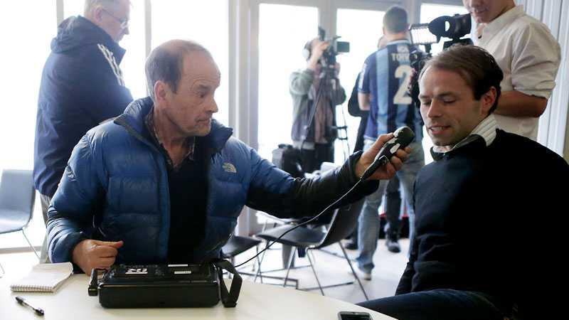 Under de senaste åren har Mats Strandberg varit pensionär, men haft frilandskontrakt med Radiosporten. Här intervjuar han AIK:s tränare Andreas Alm.