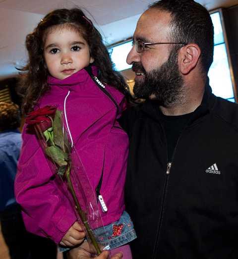 """välkommen hem Mehmet Kaplan möttes av sin dotter p åArlanda där han höll presskonferens. """"När civila människor möter elitsoldater kan det uppenbarligen gå väldigt, väldigt fel"""", säger han."""