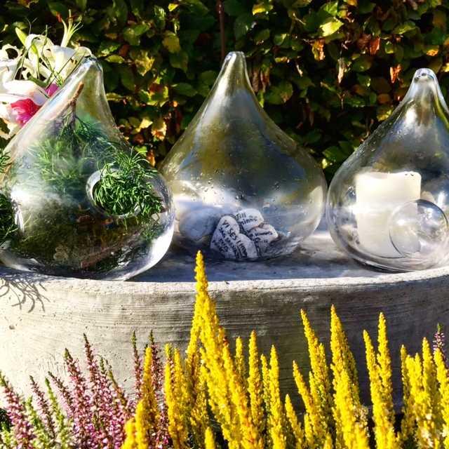 De tre glaskuporna. Den mellersta innehåller stenar med hälsningar från Peters vänner. Glaskonstnärerna Sara Mannheimer och Simon Klenell och skulptören Anna Persson var med och tillverkade minnesmärket.