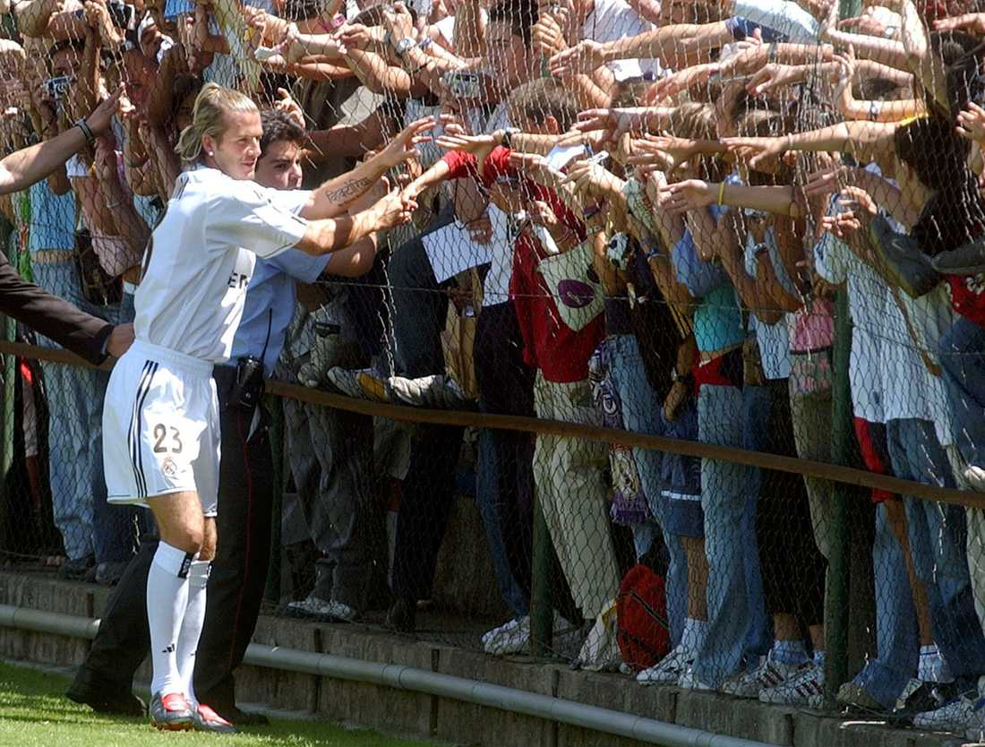 Beckham skrev på för fyra år för den spanska storklubben. Här hälsar han på fansen.