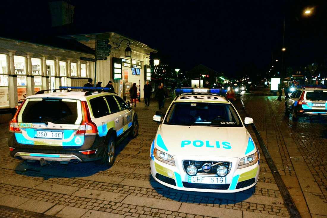 Stort polispådrag efter överfallet på tågvärden.