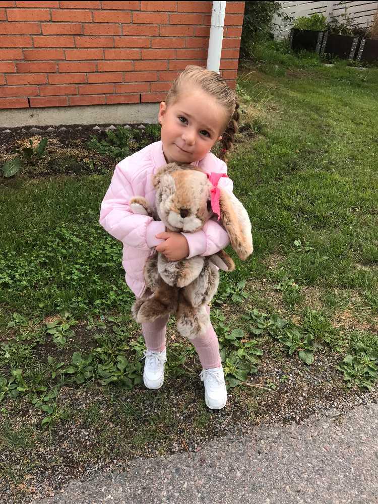 3-åriga Selena fick utslag efter att ha badat i Fyrishovsbadet.