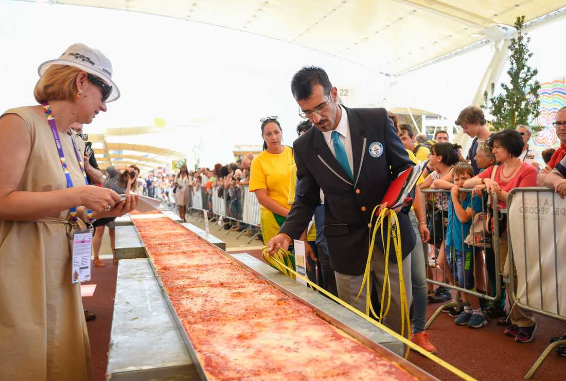 Två ton mozzarellaost gick åt till pizzan. 300 meter av den skänks bort till behövande.