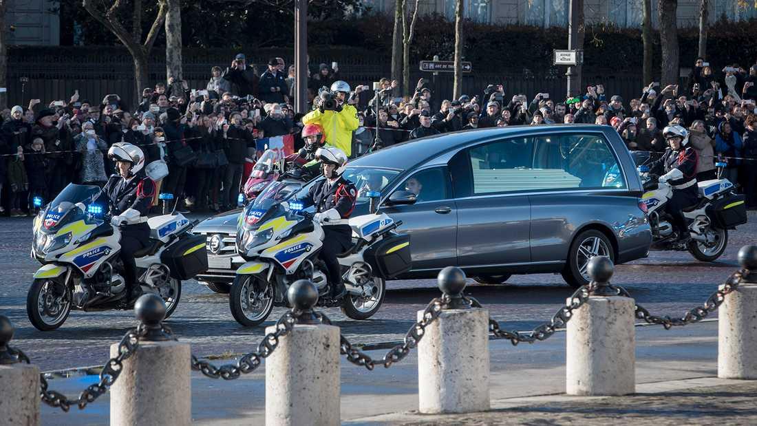Bilen med Johnny Hallydays kista i samband med begravningsceremonin i Paris i december 2017.