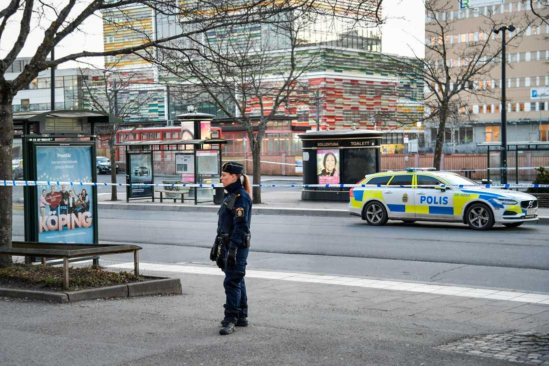 Polis på plats vid ett busstorg i Sollentuna centrum där en man sköts ihjäl på torsdagen.