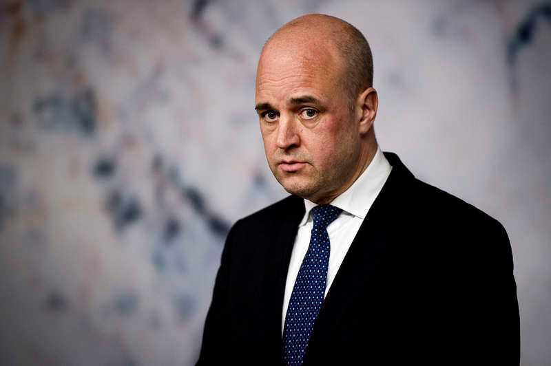 Vanliga frågor I morgon är det än en gång dags för mustig partiledardebatt i SVT:s Agenda. Vi gissar att redaktionen som bäst sliter med placeringen vid pulpeterna. Och att programledarna Anna Hedenmo och Mats Knutsson ägnar helgen åt att fila på frågeformuleringarna. Vem ska egentligen regera med vem? Och hur många jobbskatteavdrag tål Sverige? Viktiga frågor helt klart, men mest av allt undrar vi nog om Reinfeldt fortfarande är singel?