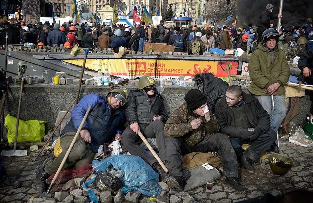 Tidig morgon. Trötta demonstranter vilar efter en lång natt.