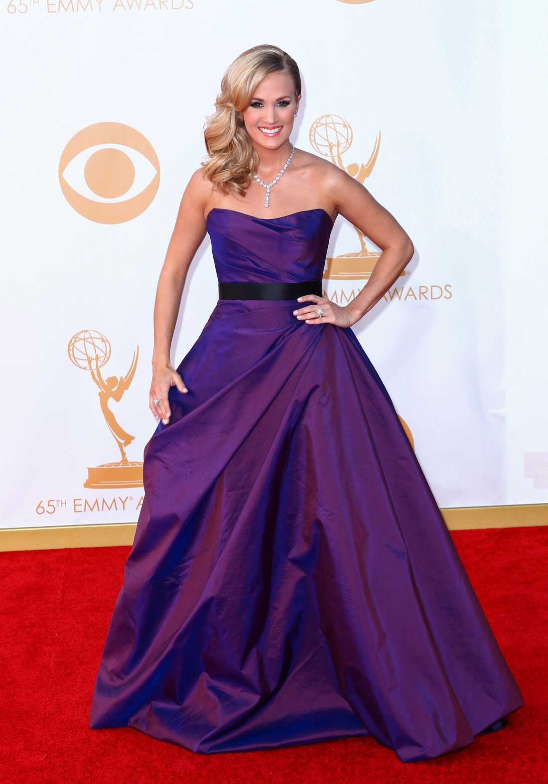 Carrie Underwood Romona Keveza står bakom Carrie Underwoods klassiska galablåsa i lila.