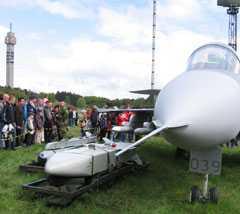 Jas 39 Gripen utrustad med klusterbomber av typen bombkapsel 90. Visad på en utställning i Stockholm.