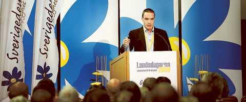 """mörkret faller Rasismen håller på att växa sig stark i Europa. """"Sverige åt svenskarna och svenskarna åt Sverige"""", skanderades det på SD:s landsmöte i helgen."""