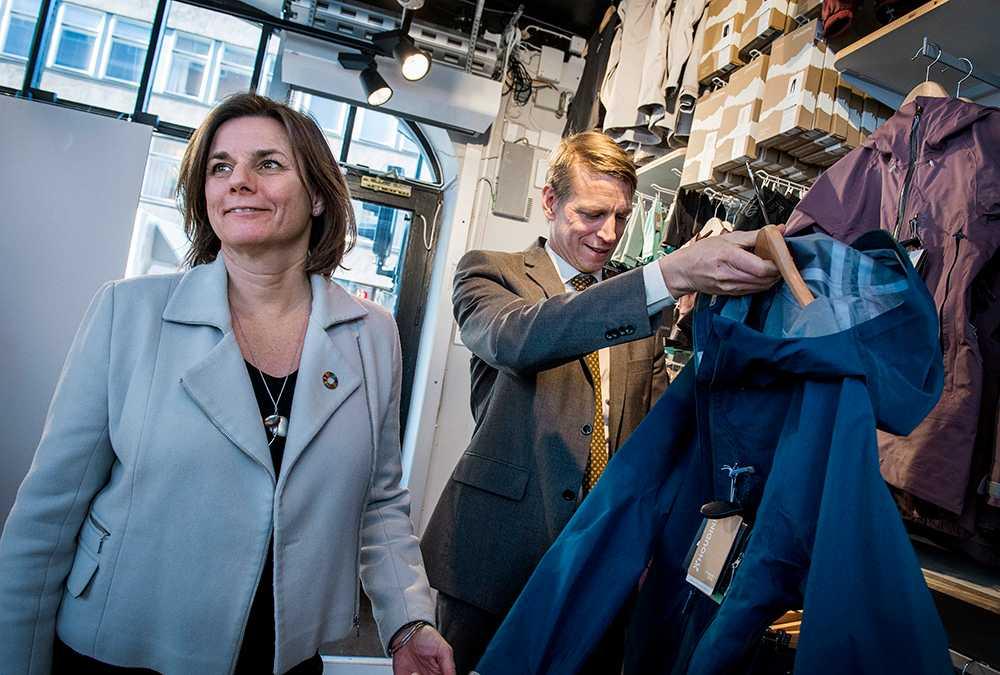 Klimatminister Isabella Lövin och konsumentminister Per Bolund (MP) vill bland annat att det blir billigare att hyra och köpa begagnade kläder.