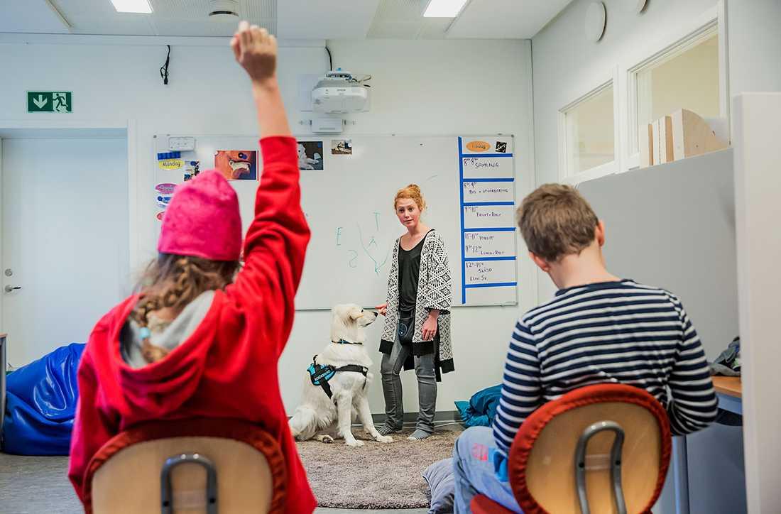 I dag hjälper dis eleverna att träna på bokstäver. Olivia får kliva fram till tavlan och bilda ord av bokstäverna som Dis tidigare hämtat.