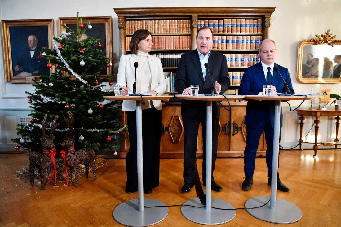 Lövin, Löfven och Johansson presenterar under presskonferensen ett förslag till en ny samtyckeslag.