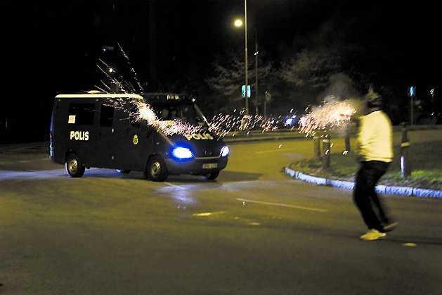 Senare kom Reclaim Rosengård tillbaka och sköt fyrverkeripjäser mot polisen.