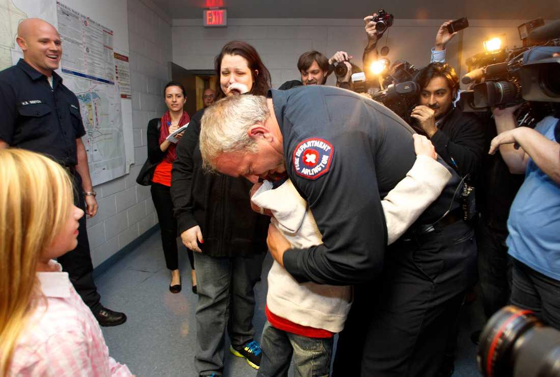 Rebecca Quintanilla i tårer under mötet mellan hennes adoptivson Koregan, 10, och brandmannen Wesley Keck. Keck räddade tioåringen när han var liten bebis.