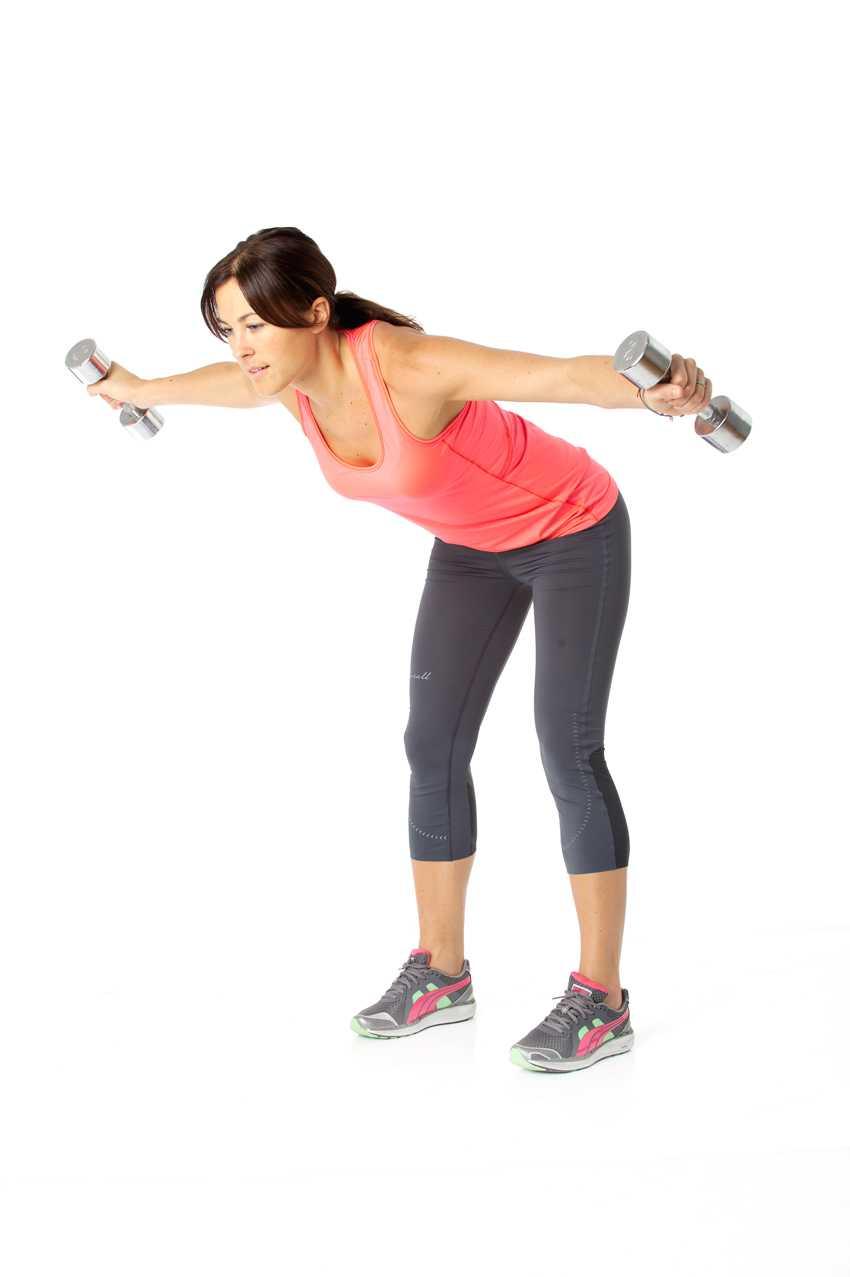 Dra upp vikterna åt sidorna genom att använda ryggmusklerna, särskilt de mellan skulderbladen. Återgå till start och jobba i 45 sekunder.  Tränar: Rygg, axlar. Tips! Går även att göra med ett gummiband fäst under fötterna.