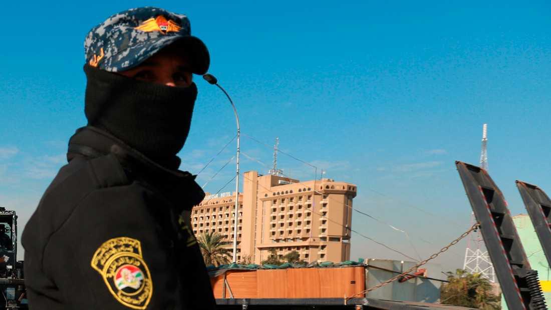 En säkerhetsvakt vid Gröna zonen i Bagdad. Bild från i februari.