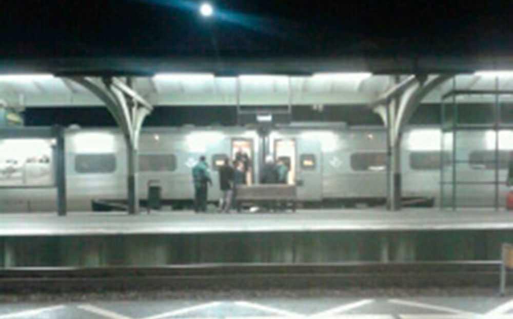 En tågvärd fördes till sjukhus efter misshandel ombord.
