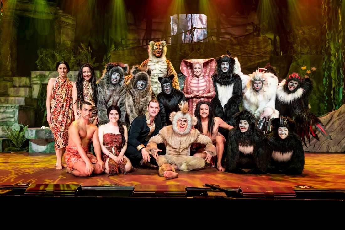 """Hela ensemblen i """"Djungelboken the musical"""" blev ombedda att träna i vinterkläder för att förstå hur varma kostymerna kommer vara på scenen"""